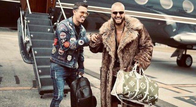 Pipe Bueno y Maluma frente al avión privado del reggaetonero. Foto: Pipe Bueno en Instagram