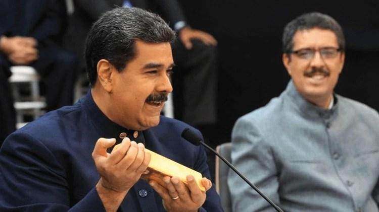 Nicolás Maduro muestra un lingote de oro (Crédito: Prensa Presidencial)