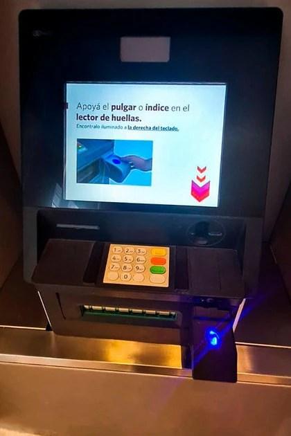 Un cajero adaptado para validar identidad con la huella digital. Foto: BCRA