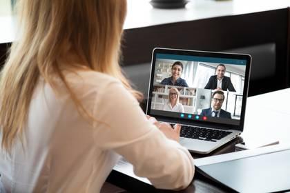 """""""Participar en una actividad grupal para el bienestar, como pláticas virtuales de atención plena o clases de acondicionamiento físico también pueden mejorar la sensación de conexión y el estado de ánimo"""" (Shutterstock)"""