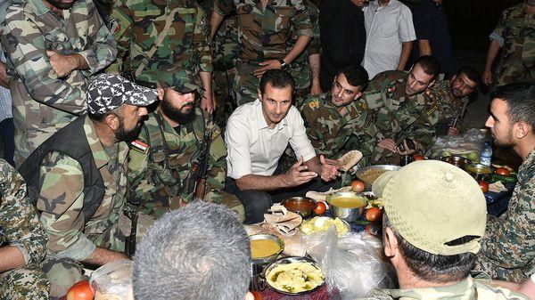 Bashar al Assad junto a las tropas sirias (Reuters)
