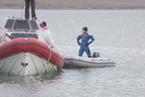 En las heladas aguas buscan los seis cañones que habría llevado el navío español