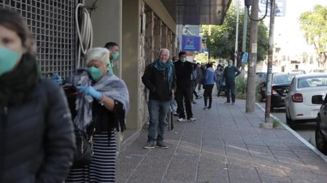 Jubilados haciendo cola desde las primeras horas del día para entrar al banco (Lihueel Althabe)