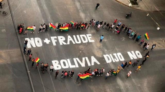 Miles de personas participaron de una concentración en la plaza 14 de Septiembre, en la ciudad de Cochabamba, en el marco del quinto día de conflictos por el polémico conteo de votos en Bolivia