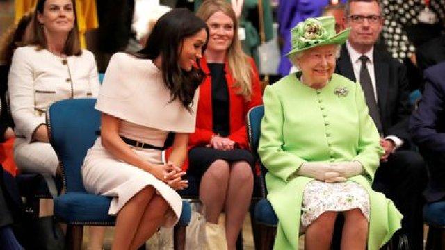 La duques de Sussex y la actual monarca británica durante un evento oficial en 2018
