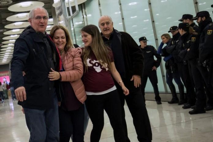 Antonio Ledezma camina junto a esposa Mitzy Capriles, su hija, Antonieta y el ex presidente colombiano Andrés Pastrana. (REUTERS)