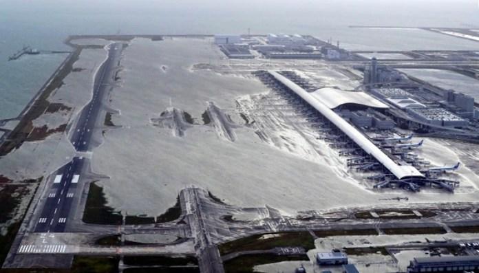 El aeropuerto de Kansai en Osaka sufrió los estragos del tifón. (Kentaro Ikushima/Mainichi Newspaper via AP)