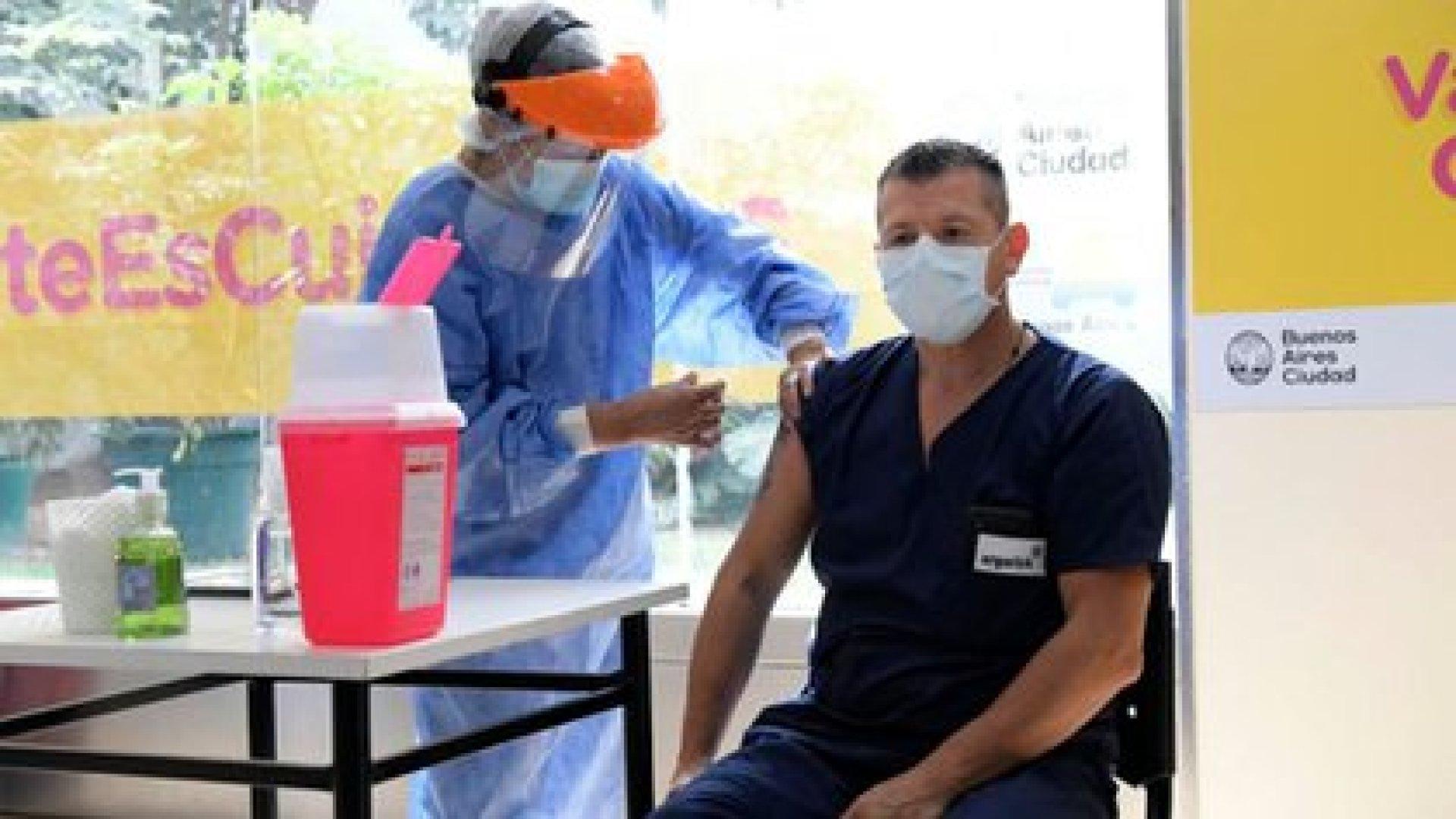 Personal sanitario del hospital Argerich recibe la dosis de la vacuna Sputnik V. Foto de archivo NA
