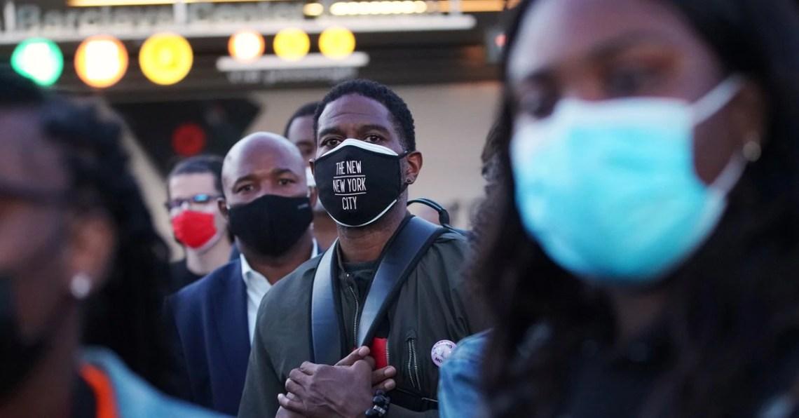 En EEUU estudian volver a recomendar que las personas ya vacunadas usen mascarilla en interiores - Infobae