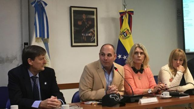 Silvio Klein junto a la diputada argentina Cornelia Schmidt-Liermann en la presentación del libro