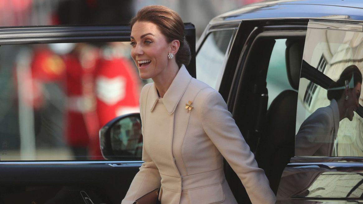 Lo más destacado de su elegante outfit fue el broche de la guardia irlandesa, que la duquesa lució en su pecho