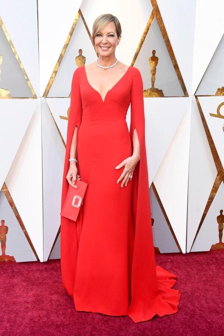 """Allison Janney look total Rojo y con escote pero sin embargo muy delicado y elegante. Excelente look. Las perlas contrastan con lo sexy del rojo y del escote. """"Las mangas agregan sofisticación"""", agregó Regis."""