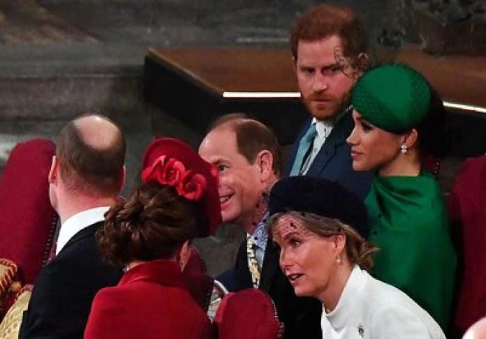En uno de los últimos compromisos como figuras de la realeza, Harry y Meghan no fueron correspondidos en sus saludos amables a William y Kate, quienes prefirieron dialogar con príncipe Edward y Sophia. (Phil Harris/via REUTERS)
