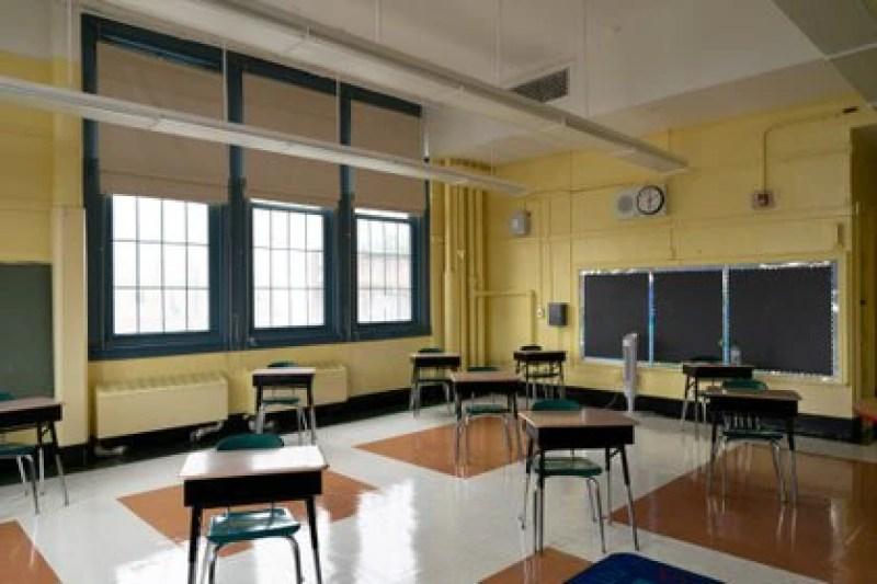 Escritorios con distancia social en una escuela primaria de Nueva York (Jeenah Moon via REUTERS)