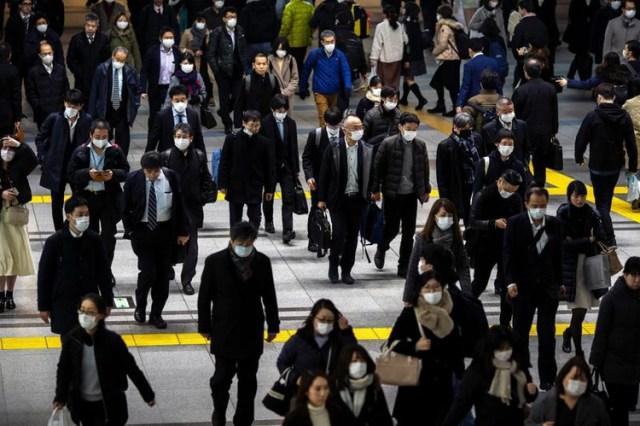 Personas con mascarillas protectoras, luego de un brote del coronavirus, son vistas en la estación de Shinagawa en Tokio, Japón, el 28 de febrero de 2020. REUTERS/Athit Perawongmetha.