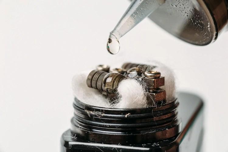 Los ingredientes del líquido en los cigarrillos electrónicos inhibición de la captación de las papilas gustativas, por lo que estas dejan de recibir señales de sabor (Shutterstock)