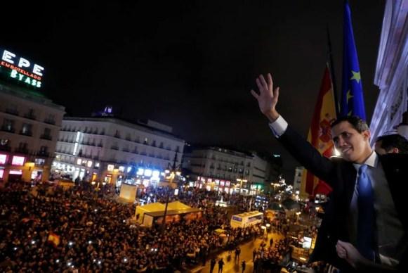 El líder opositor venezolano Juan Guaidó saluda a sus seguidores desde el balcón del gobierno regional de Madrid, España. 25 enero 2020. REUTERS/Susana Vera