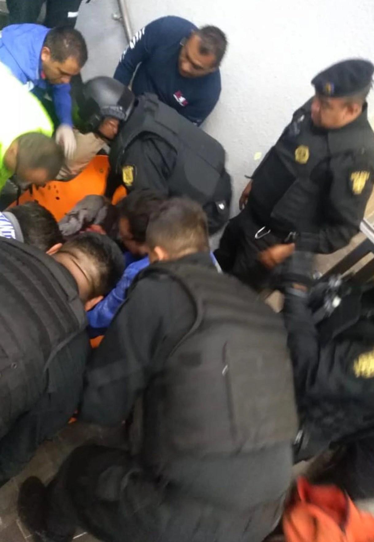 Luego de lesionarse en el cuello, aceptó ser auxiliado por elementos de seguridad y de emergencias (Foto: especial)