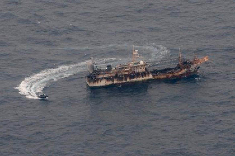 Un gran barco pesquero chino durante un sobrevuelo por parte de la Armada de Ecuador. Esa flota ilegal del régimen chino luego continuó hacia el sur del Pacífico con destino a Chile (EFE)