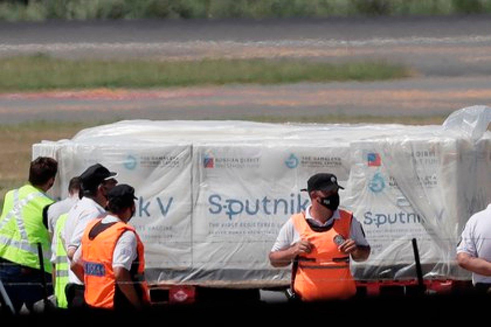 Fotografía tomada el pasado 24 de diciembre en la que operarios aeroportuarios fueron registrados al recibir los primeros contenedores de la vacuna rusa Sputnik V contra la covid-19, en el Aeropuerto de Ezeiza, en Buenos Aires (Argentina). EFE/Juan Ignacio Roncoroni/Archivo