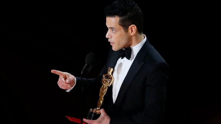 """Rami Malek retira el premio a mejor actor por """"Bohemian Rhapsody."""" (REUTERS/Mike Blake)"""