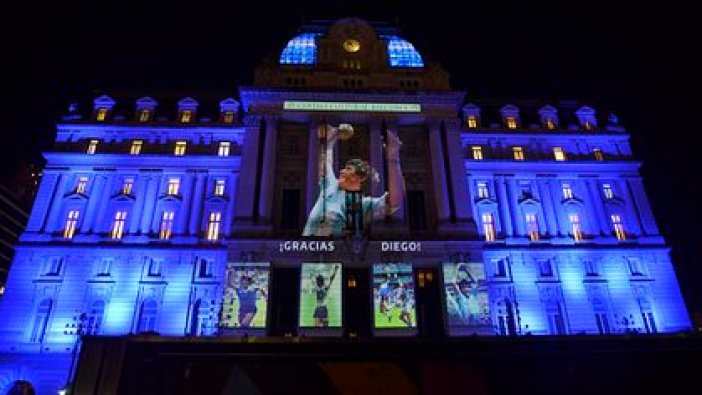 El Centro Cultural Néstor Kirchner, vestido para la ocasión, en el umbral del velatorio de Diego Maradona (Foto: Gustavo Gavotti)