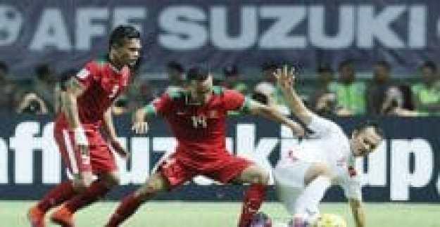 ferdinand-sinaga-dan-rizky-pora-berebut-bola-dengan-pemain-vietnam_tribunnews