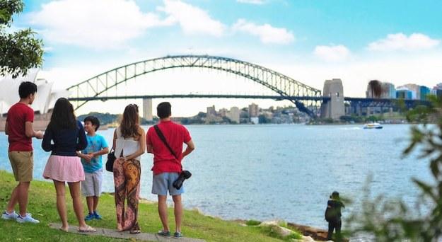 berjalan kaki di sekitar spot wisata merupakan salah satu tips liburan hemat