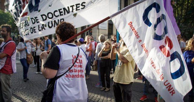 Docentes y científicos encabezan una marcha de antorchas en defensa de la universidad pública y el salario