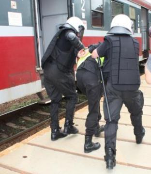 Zabezpieczenie przejazdu agresywnych kibiców - Policyjne ćwiczenia przed Euro 2012