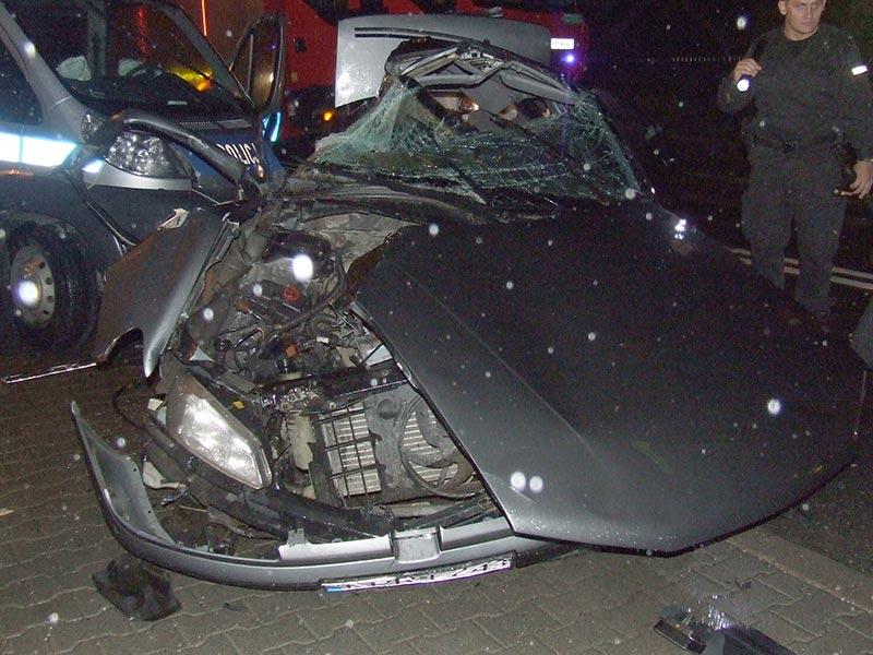 Kraków, Myślenice: Uciekali skradzionym samochodem, cztery osoby ranne ( zdjęcia )