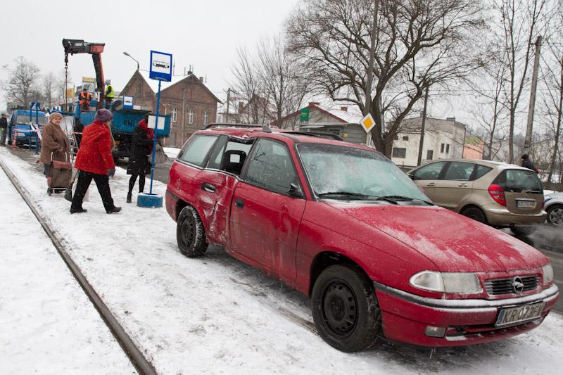 19-latek wjechał w ludzi na przystanku tramwajowym przy ul.Kocmyrzowskiej [zdjęcia]