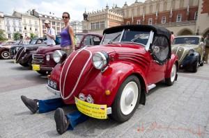 """Wszyscy pasjonaci motoryzacji mieli w sobotę (22 czerwca) niezwykłą okazję zobaczyć zabytkowe samochody Fiat 500 """"Topolino"""" na płycie Rynku Głównego. Fot. Jan Graczyński / INFO Kraków24"""