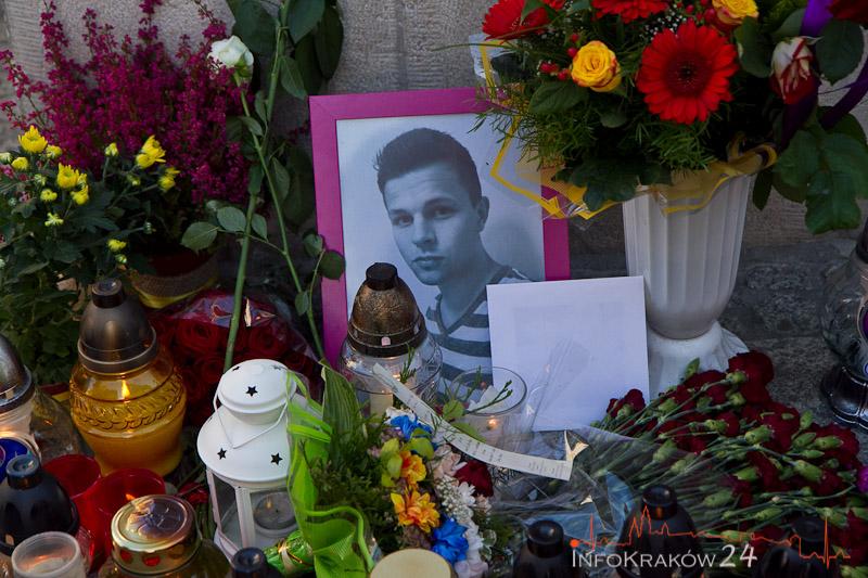 Portret Dawida, kwiaty i znicze w miejscu , w którym zginął 23-letni Dawid. Fot.Jan Graczyński / INFO Kraków24
