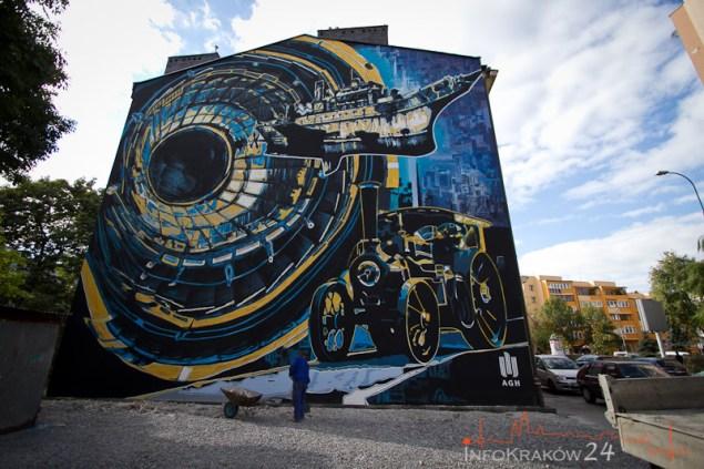 Wielki mural przedstawiający maszynę parową, zderzacz hadronów i latający okręt możemy zobaczyć na budynku AGH przy ul. Czarnowiejskiej. Autorką tego olbrzymiego muralu jest, Justyna Lubińska, absolwentka architektury krajobrazu Politechniki Krakowskiej. Fot. Jan Graczyński / INFO Kraków24