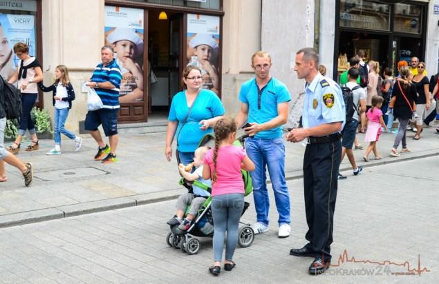 Akcja rozdawania opasek przez Strażników Miejskich. Fot. Bogusław Świerzowski / INFO Kraków24