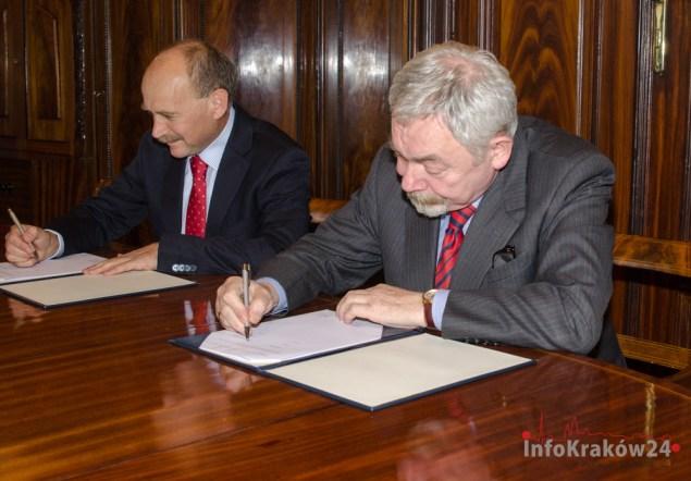 Podpisanie umowy. Fot. Bogusław Świerzowski / INFO Kraków24