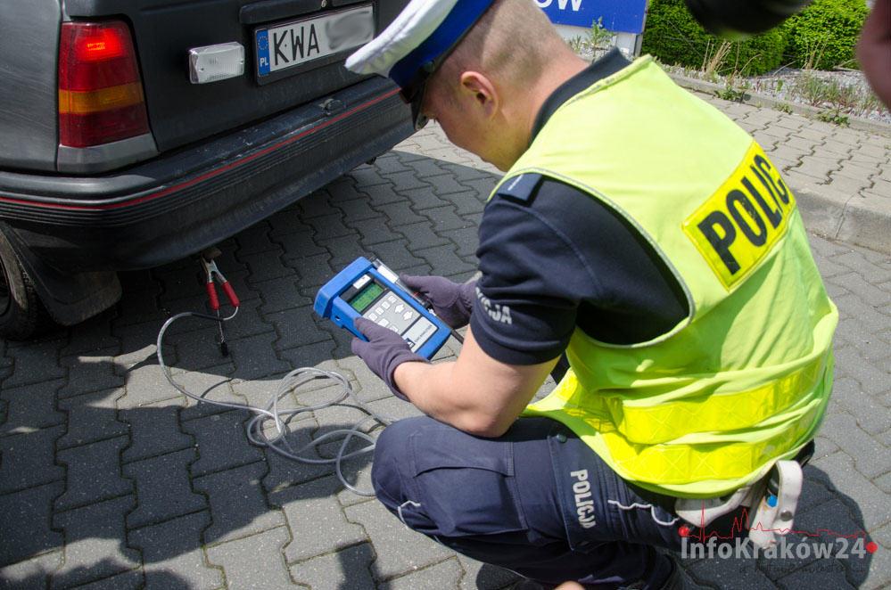 Policja kontroluje jakość spalin samochodów. W trzech przypadkach zatrzymano dowody rejestracyjne