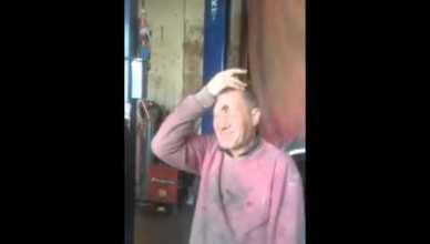 Blague : Ils collent à la glue un oeuf usr la tête