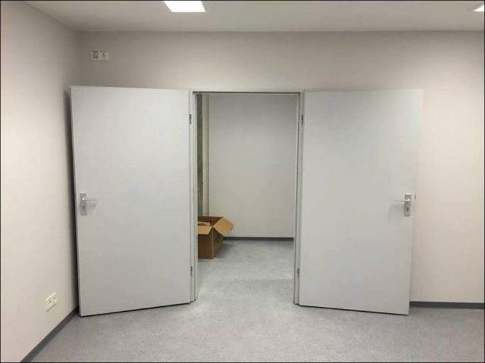 Une entrée, deux portes