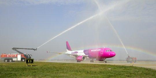 Powitanie samolotu Wizz Air na lotnisku w Katowicach