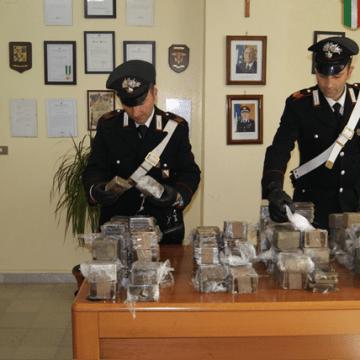 Nascondeva 80 grammi di hashish e 150 di cocaina. Arrestato ai carabinieri.