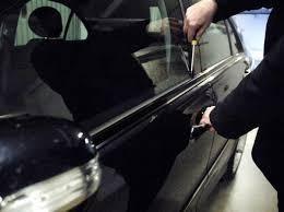 Tentano di rubare un auto. Arrestato uno dei rapinatori. Sequestrati arnesi e computer per decodificare le chiavi delle autovetture da rubare.