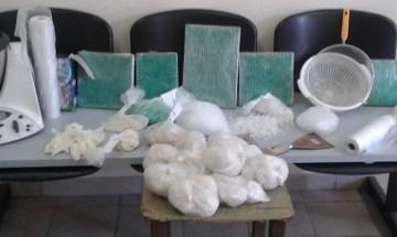 """Secondigliano, stavano confezionando 3 kg di cocaina con il """"Bimbi"""". Scappano pochi attimi prima dell'arrivo della polizia."""