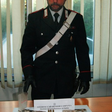 Castellammare di Stabia, due pistole nel vano ascensore trovate dai carabinieri durante un servizio antidroga
