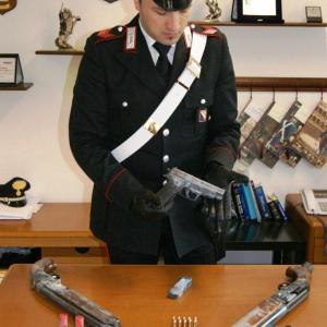 A spasso con un borse pieno di armi. Bloccato dai carabinieri.