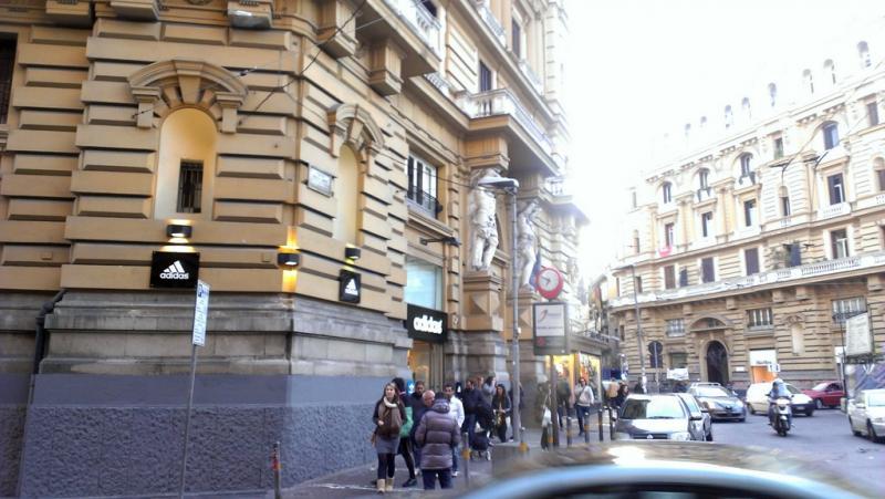 Agguato in pieno centro a Napoli. Feriti un uomo ed una donna. Indagano i carabinieri