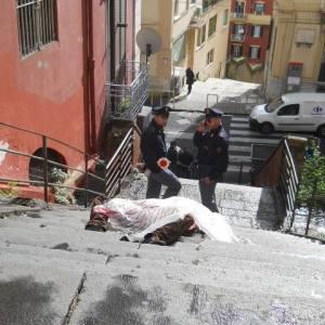 Vittima di un infarto e muore sulle scale. Malcontento dei Verdi per il recupero del cadavere