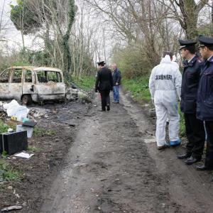Grumo Nevano, cadavere carbonizzato in un auto. Quarto ritrovamento in pochi giorni
