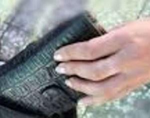 Sedotta e borseggiata; 61enne sfila il borsello ad una donna dopo essersi mostrato gentile